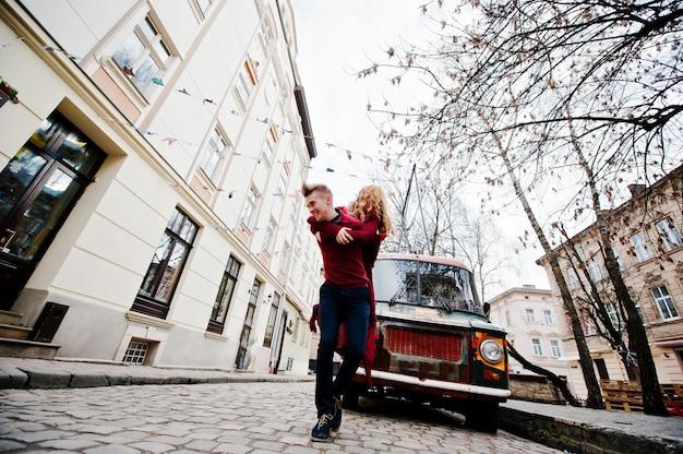 Jeune couple de la mode élégante belle dans une robe rouge dans l'histoire d'amour à la vieille ville Photo Premium