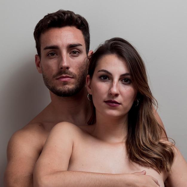 Jeune couple nu embrassant Photo gratuit