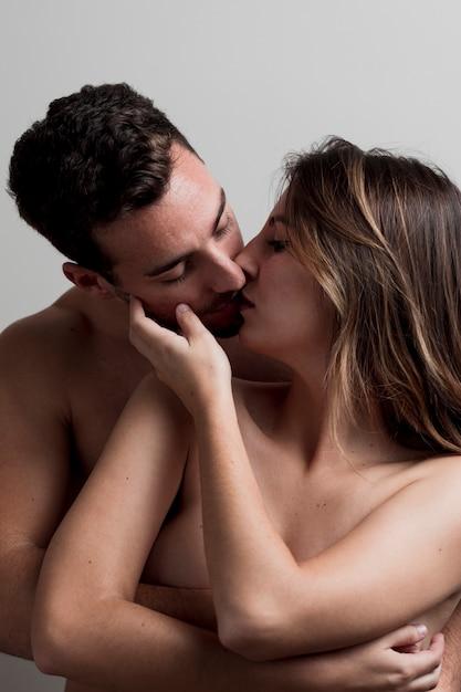 Jeune couple nu s'embrasser Photo gratuit