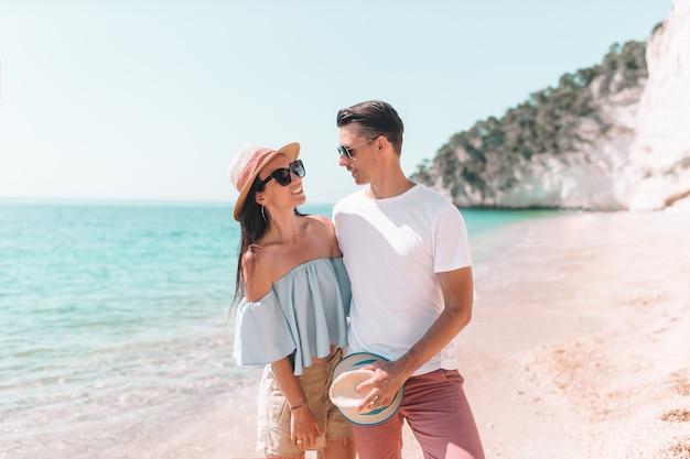 Jeune couple sur une plage blanche en vacances d'été Photo Premium