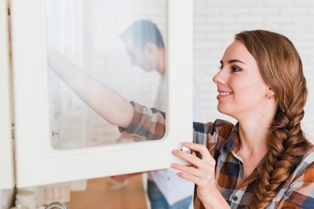 Jeune couple positif dans la cuisine à la maison Photo gratuit