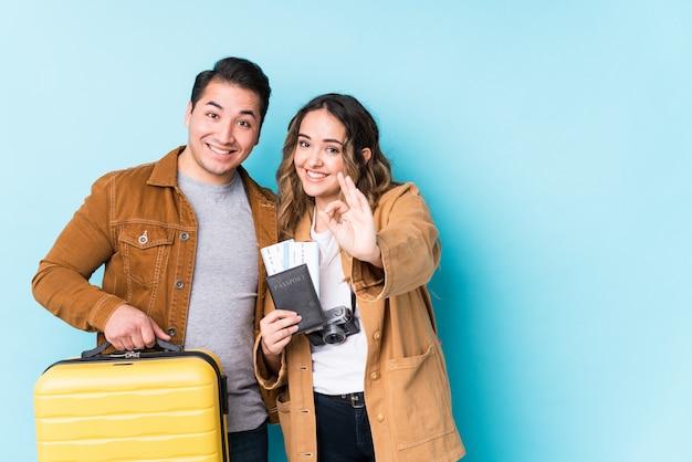 Jeune Couple Prêt Pour Un Voyage Gai Et Confiant Montrant Le Geste Ok Photo Premium