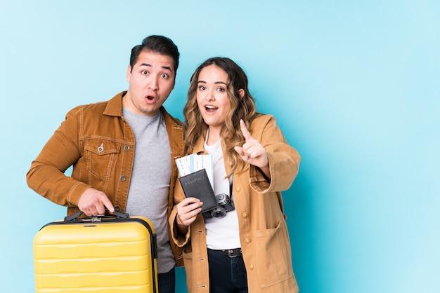 Jeune Couple Prêt Pour Un Voyage Photo Premium