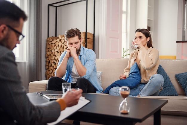 Jeune Couple Avec Problème à La Réception Pour Un Psychologue De Famille. Photo Premium