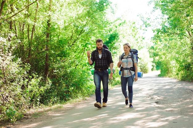 Jeune Couple Randonneurs En Forêt, Homme Et Femme De Sport Photo Premium