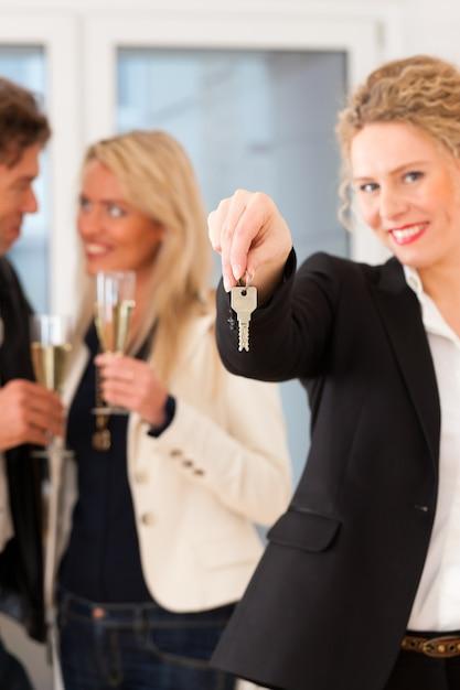 Jeune couple à la recherche de biens immobiliers avec une agence immobilière Photo Premium