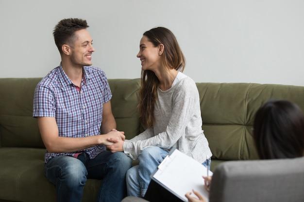 Jeune couple réconcilié après querelle Photo gratuit