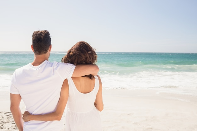 Jeune Couple Regardant La Plage Photo Premium