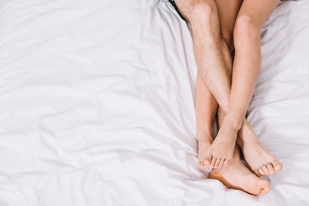 Jeune couple, reposer, lit blanc Photo gratuit