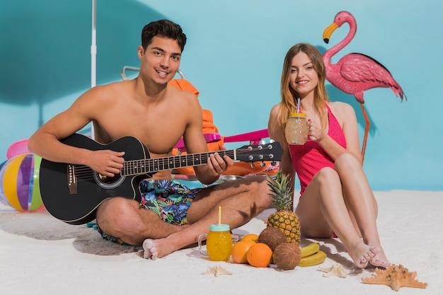 Jeune couple, reposer, plage Photo gratuit