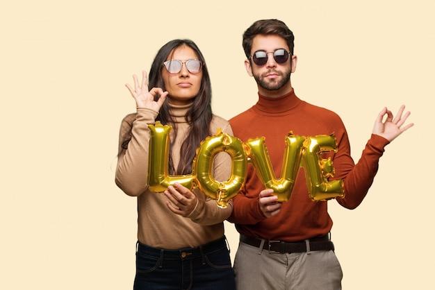 Jeune couple, saint valentin, exécuter, yoga Photo Premium