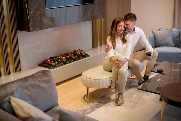 Jeune Couple Se Détend Dans Le Salon De Luxe Photo Premium