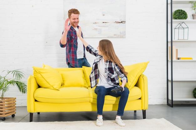 Jeune couple se donnant la parole cinq après avoir joué au jeu vidéo Photo gratuit