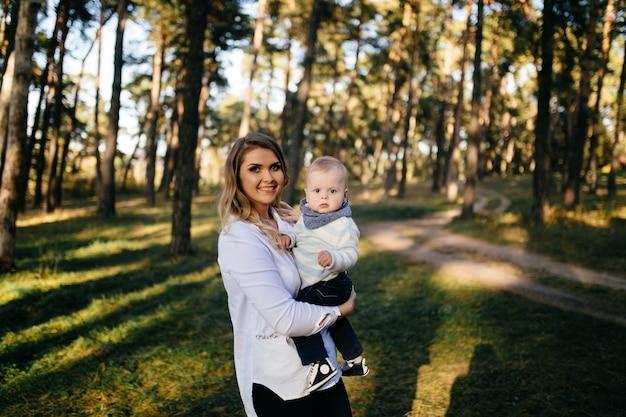 Un jeune couple se promène dans les bois avec un petit garçon Photo gratuit