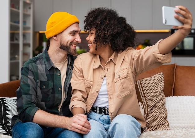 Jeune Couple Se Regardant Et Prenant Un Selfie Photo gratuit