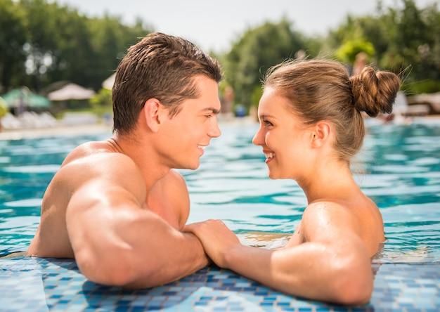Jeune couple se regarde et sourit. Photo Premium