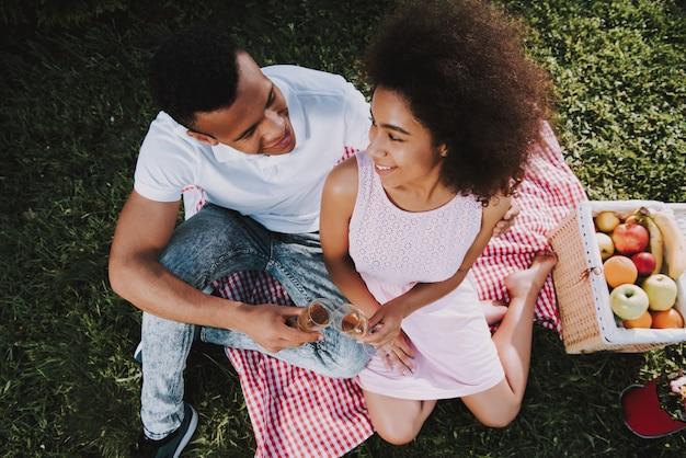 Jeune couple se repose dans un parc en été Photo Premium