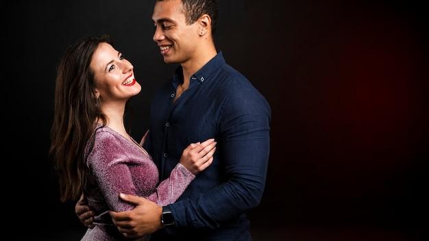 Jeune couple se tenant pour le réveillon Photo gratuit