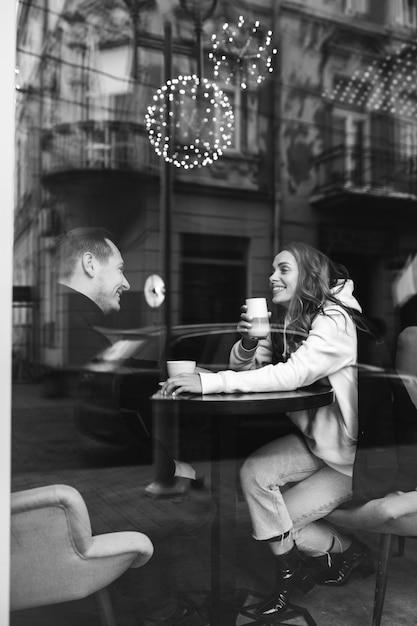 Jeune, Couple, Séance, Café, Derrière, Fenêtre Photo gratuit