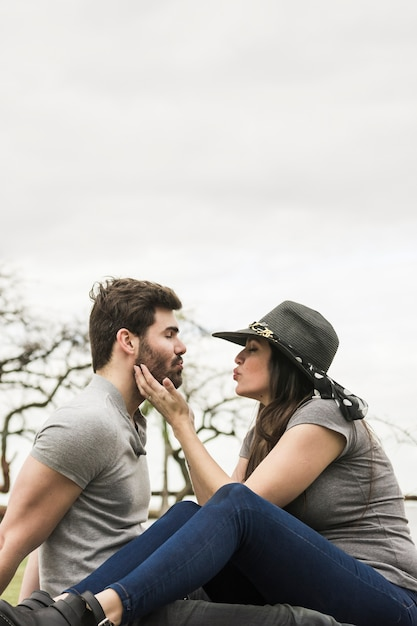 Jeune couple, séance, face à face, moue, dehors Photo gratuit