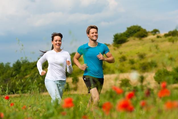 Jeune couple sportif jogging dans la nature Photo Premium