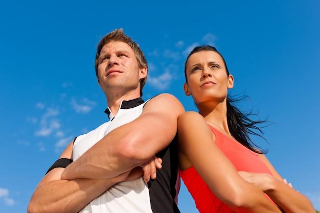 Jeune couple sportif à la recherche de l'appareil photo Photo Premium