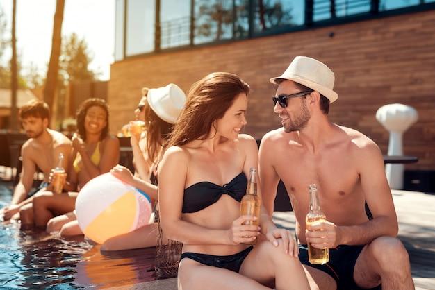 Jeune couple, tenue, bouteilles bière Photo Premium