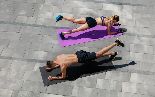 Jeune Couple En Tenue De Sport Faisant L'entraînement Du Matin à L'extérieur. Photo gratuit