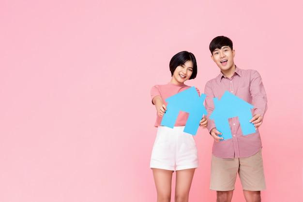 Jeune couple, tenue, symboles, de, maison Photo Premium