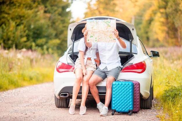 Jeune couple touristique profitant des vacances d'été Photo Premium