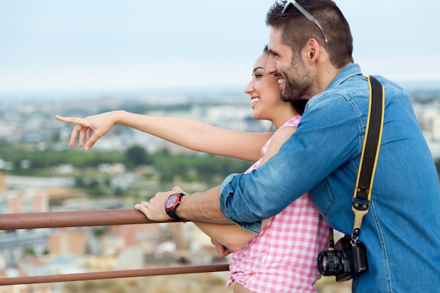 Jeune couple touristique regardant les vues dans la ville. Photo gratuit