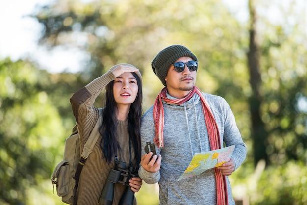Jeune couple touristique voyage en forêt de montagne Photo gratuit