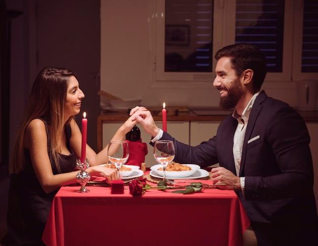 Jeune couple en train de dîner romantique Photo gratuit