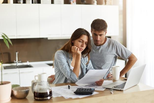 Jeune Couple Vérifiant Leur Budget Familial Photo gratuit