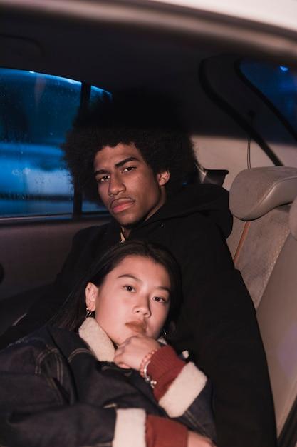 Jeune couple en voiture à nicht Photo gratuit
