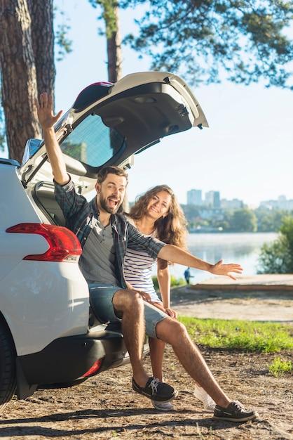 Jeune couple en voyage en voiture Photo gratuit