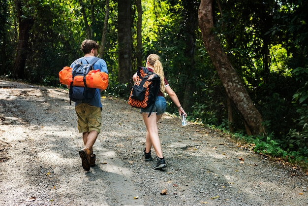 Jeune couple voyageant ensemble Photo Premium