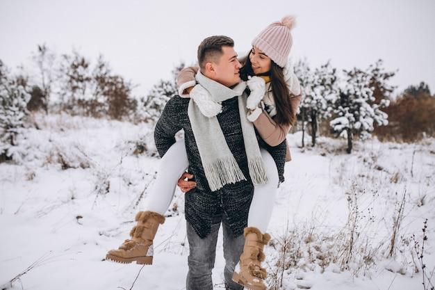 Jeune couple à winter park Photo gratuit