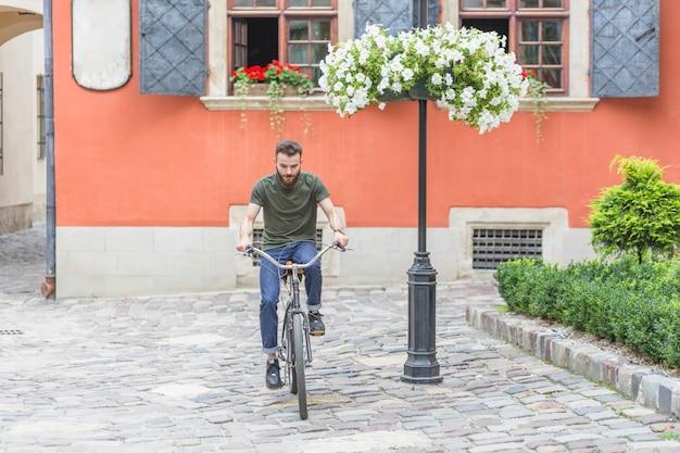 Jeune, cycliste mâle, équitation, bicyclette, pavé, pavé pavé Photo gratuit
