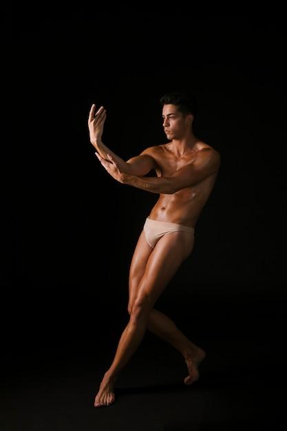 Jeune danseur, toucher bras Photo gratuit