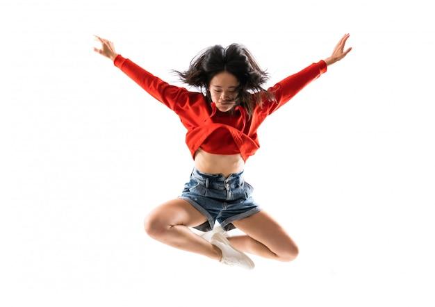 Jeune danseuse asiatique sur mur blanc isolé Photo Premium