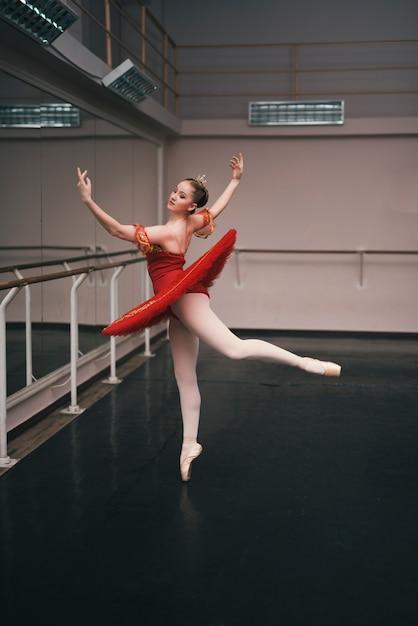 Jeune danseuse de ballet classique pratiquant dans le studio de danse Photo gratuit