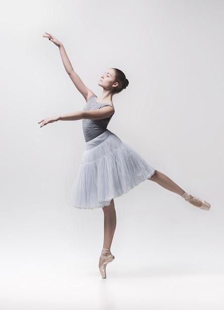 Jeune Danseuse Classique Danse Sur Fond Blanc. Projet Ballerina. Photo gratuit