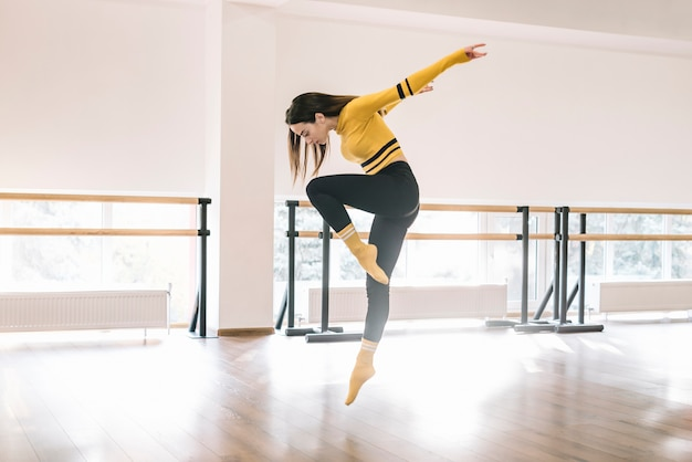 Jeune danseuse pratiquant dans le studio de danse Photo gratuit