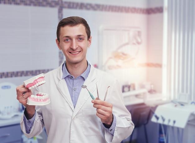 Jeune Dentiste Au Bureau Photo Premium