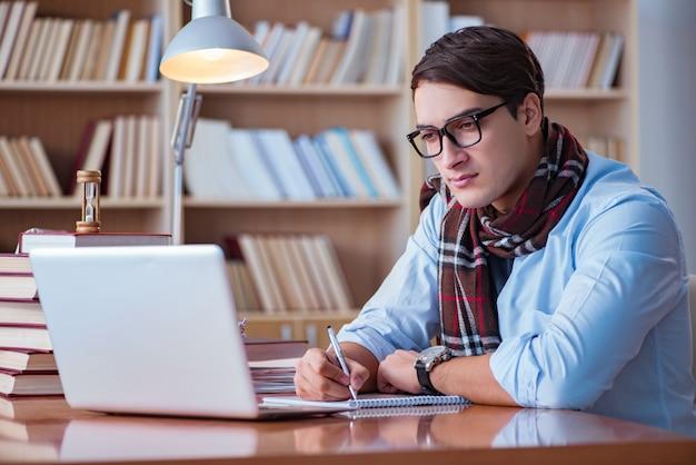 Jeune écrivain écrit dans une bibliothèque Photo Premium