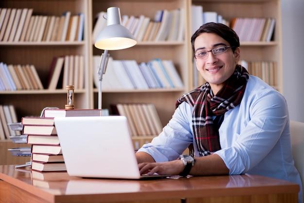 Jeune écrivain travaillant à la bibliothèque Photo Premium