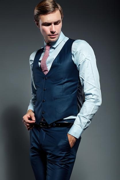 Jeune élégant Modèle Masculin Beau Homme D'affaires En Costume Bleu   Photo Gratuite
