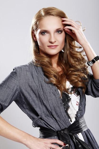 Jeune Et élégante Femme Photo gratuit