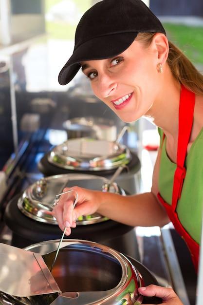 Jeune employé d'une concession Photo Premium